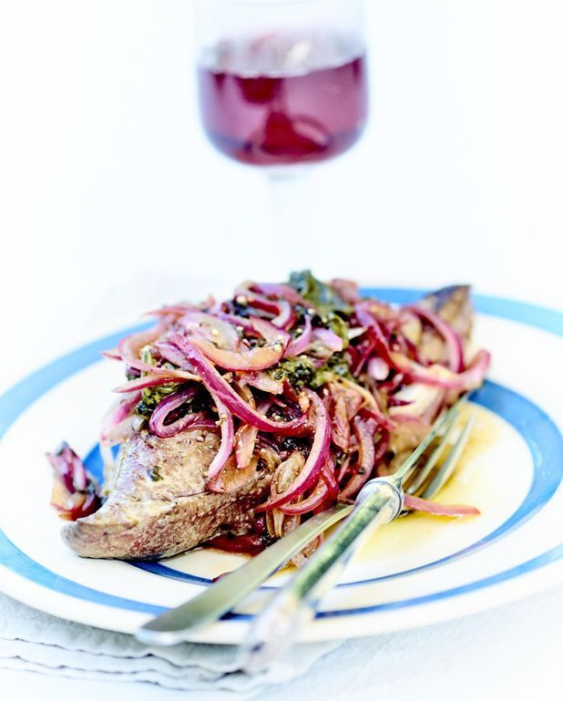 Foies de veau aux petits oignons et épinards frais