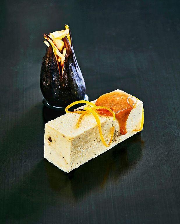 Gâteau de haricots blancs dans l'esprit d'un turinois, figues rôties et coulis d'orange