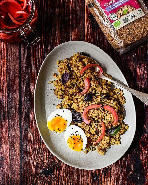 Mélange blé, sarrasin, courge au curry, œufs mollets et pickles d'oignon