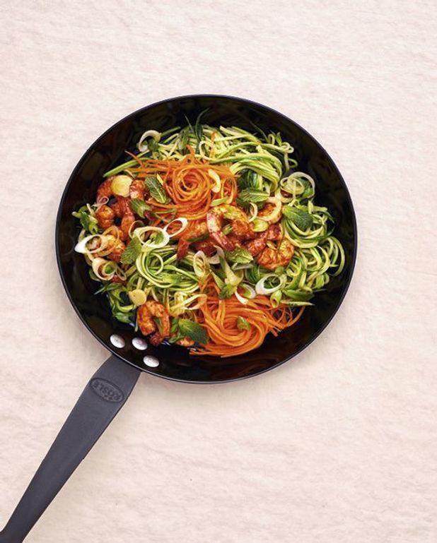 Nouilles de légumes sautées aux crevettes