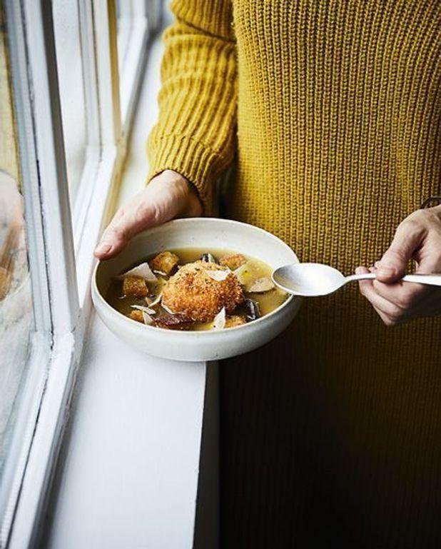 Oeufs mollets panés et bouillon de champignons
