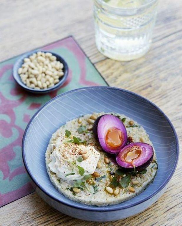 Oeufs, pickles de betterave, quinoa et mousse de sésame