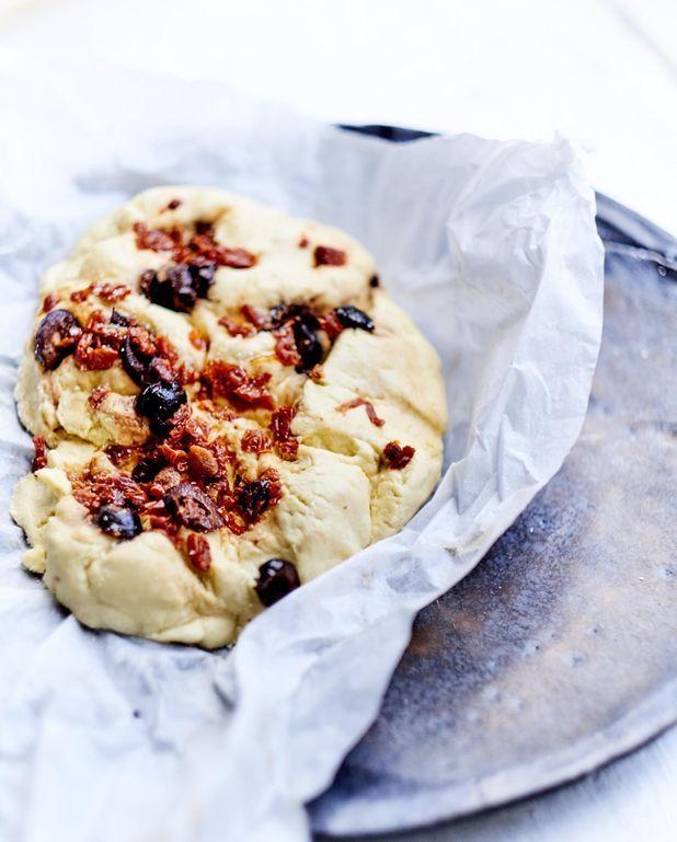 Pains plats au maïs, olives et tomates séchées