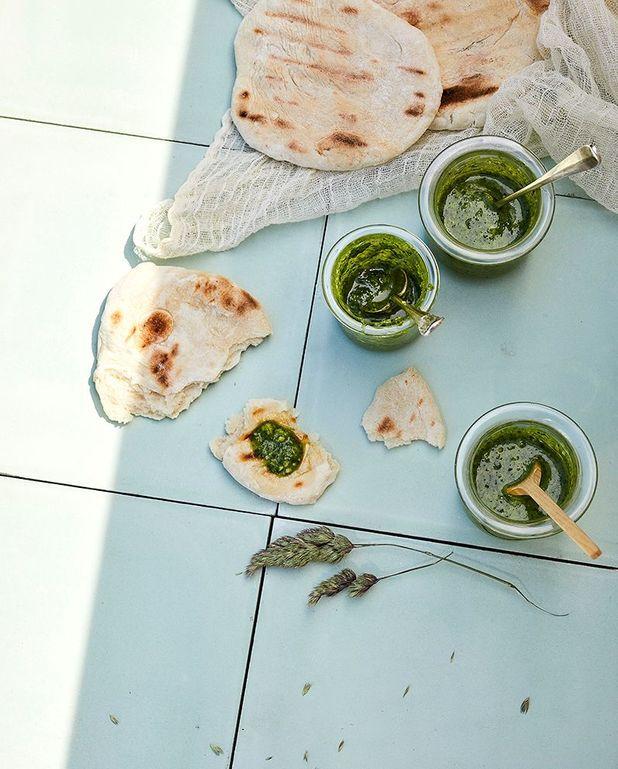 Pesto basilic, pignons de pin ; pesto roquette, pistaches ; et pesto coriandre, cacahuètes