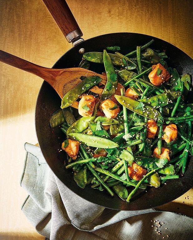 Poêlée de pois gourmands et haricots verts, poulet au miel