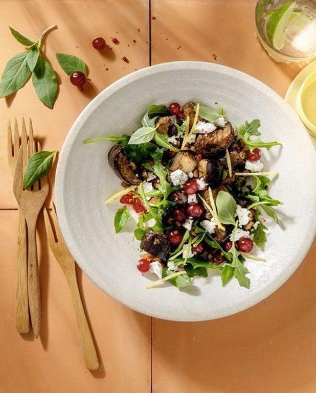 Salade d'aubergines fumées au café, feta et groseilles