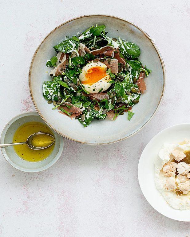 Salade d'épinards au petit-suisse, graines de courge et œufs mollets
