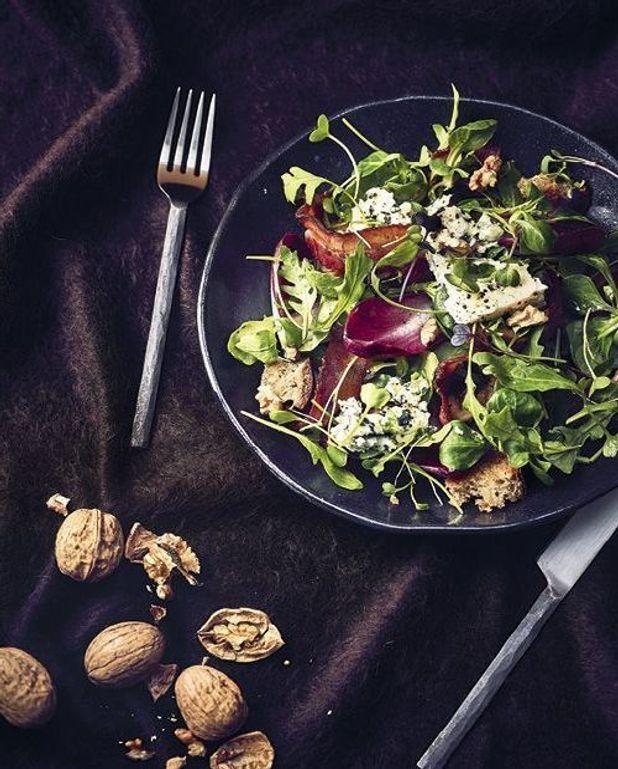 Salade d'hiver aux croûtons, noix et bacon
