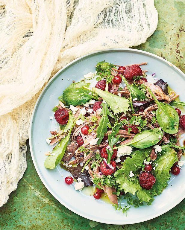 Salade de canard aux framboises, jeunes pousses et feta