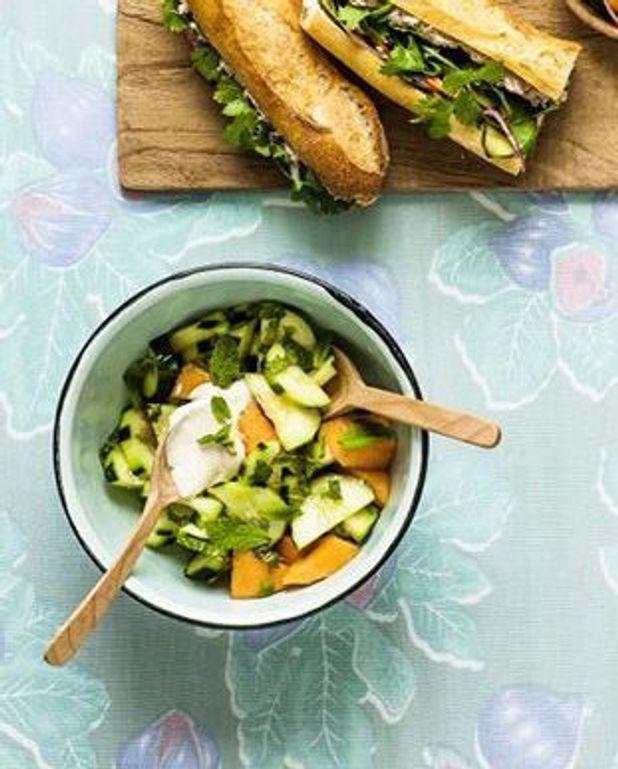 Salade de concombre, melon, menthe, sauce au yaourt