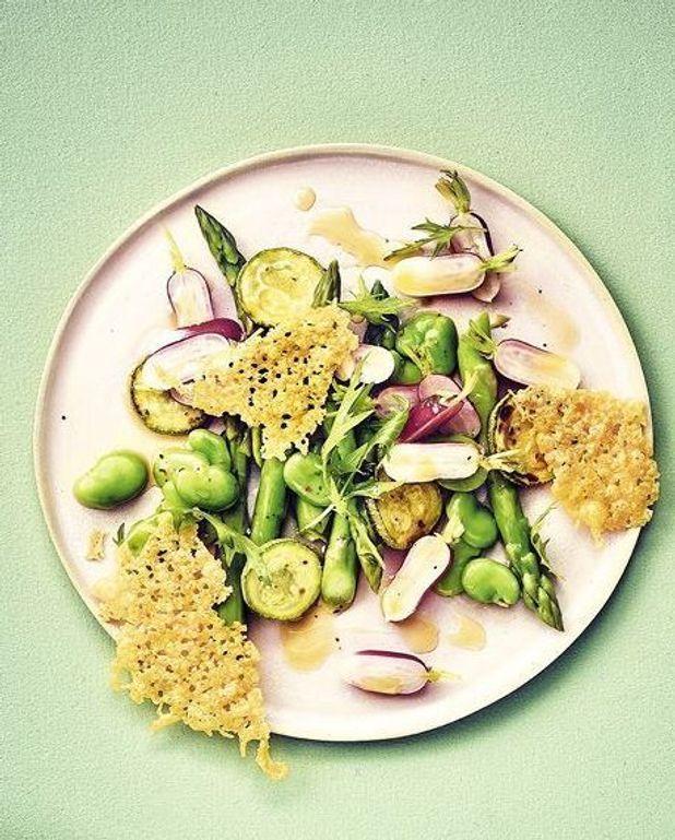 Salade de légumes, chips de sbrinz
