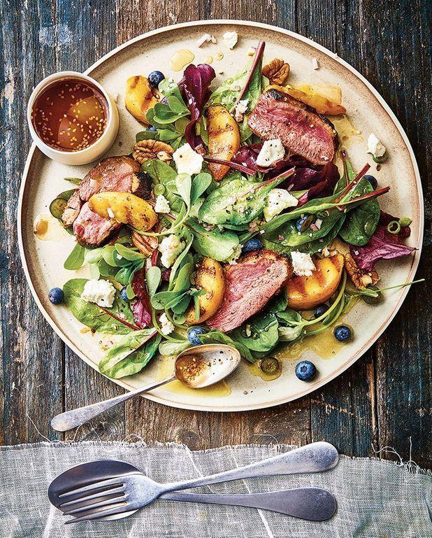 Salade de pêches grillées, magret et myrtilles, noix de pécan et fromage frais