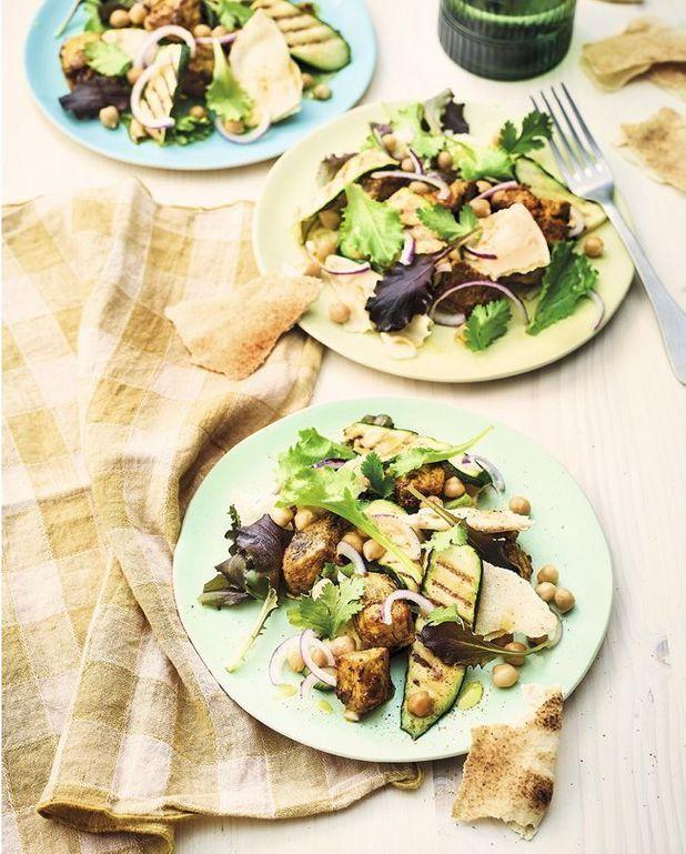 Salade de poulet au curry, courgettes grillées, pois chiches, galettes et fines herbes