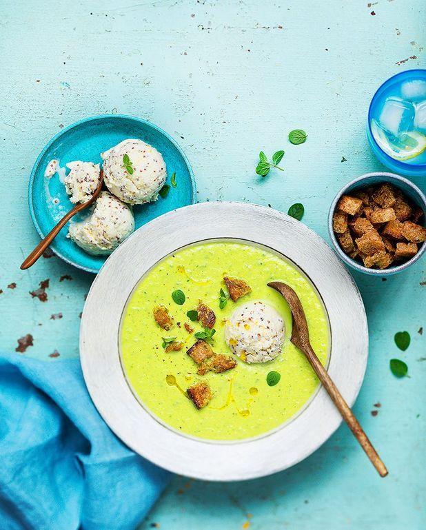 Soupe froide de concombre, coco et glace à la moutarde à l'ancienne