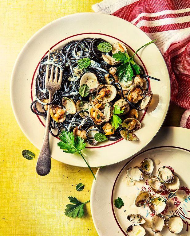 Spaghetti vénitiens à l'encre de seiche aux coques