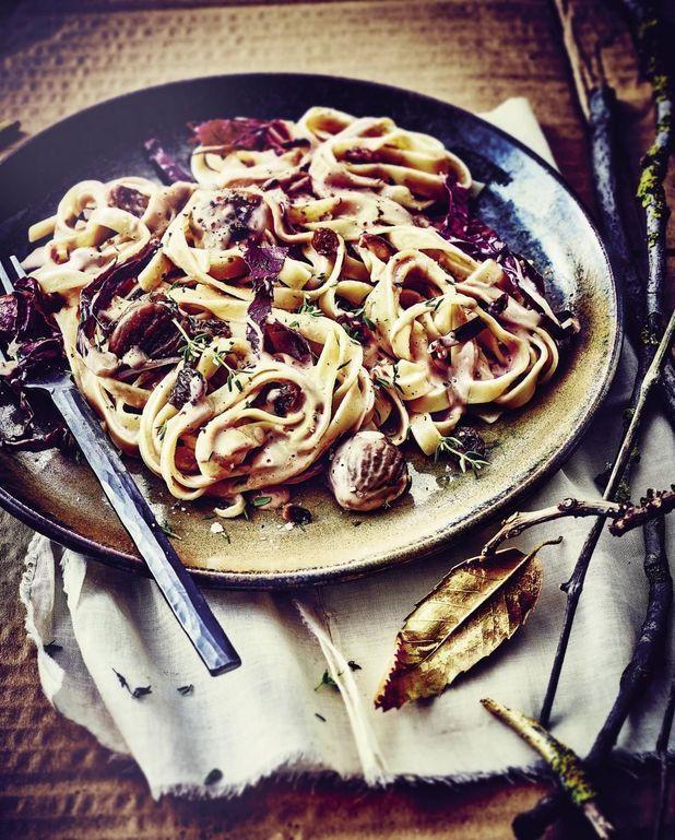 Tagliatelles aux châtaignes, pignons, raisins et trévise