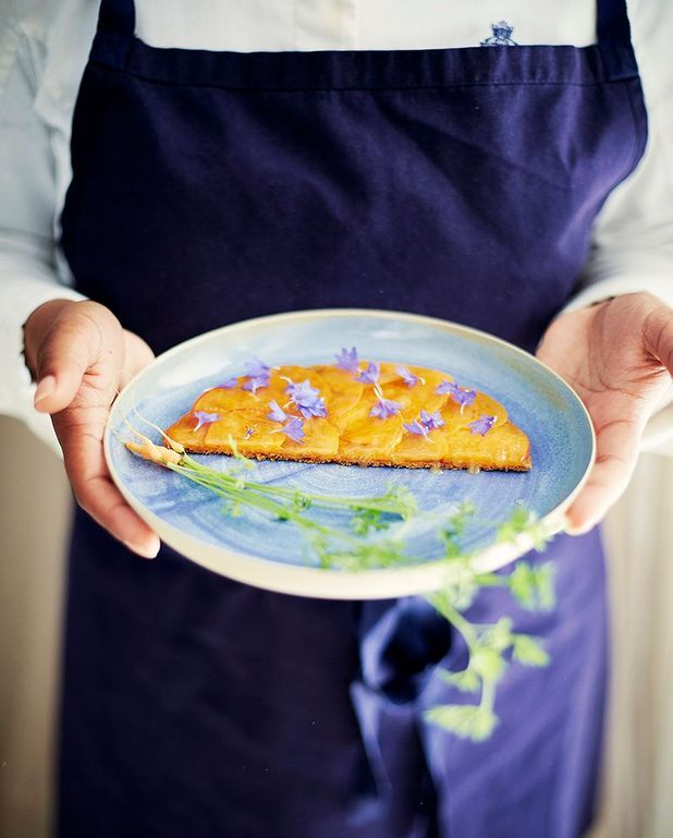Tartes fines aux abricots, praliné et miel de carotte