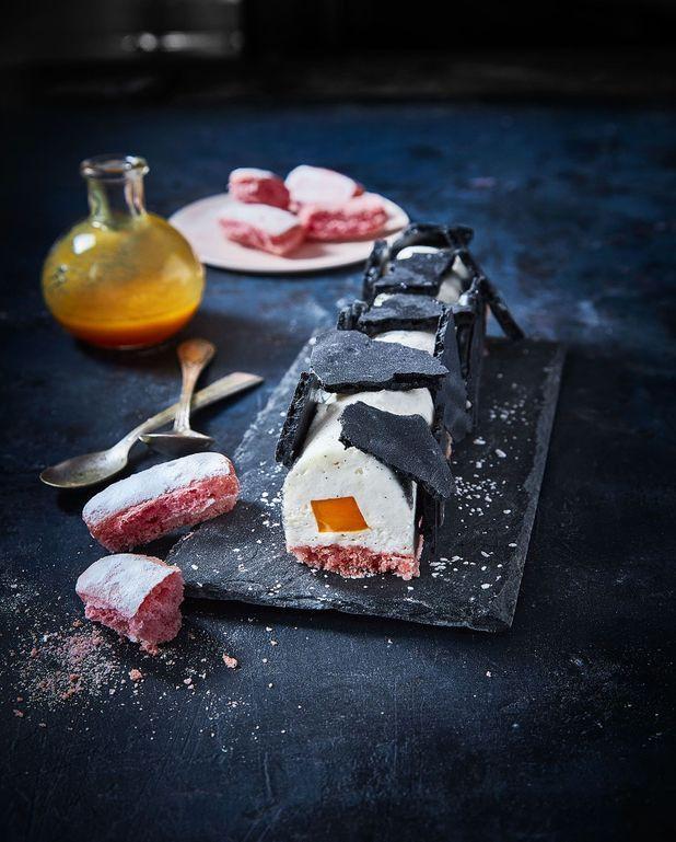Bûche mangue, fromage frais et meringue au charbon