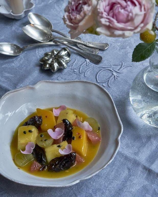 Salade d'agrumes et de fruits exotiques à la rose