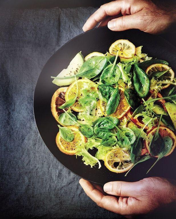 Salade de pousses aux agrumes rôtis et avocat