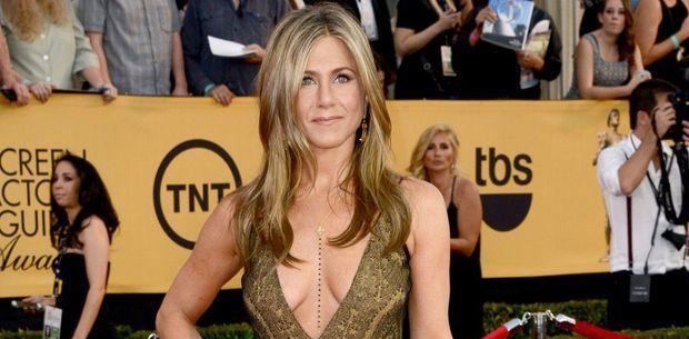 Jennifer Aniston porte le même collier et le même décolleté deux fois de suite