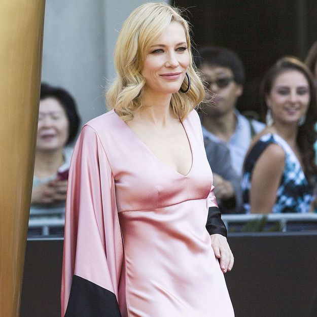 Elle Sa Rouge Blanchett Robe Cate Tapis Sous Sur Nue CTffZq