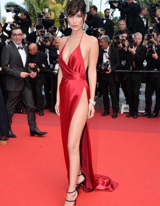 rouge Bella Cannes robe de Elle revient Hadid Festival sur sa gqUpapx