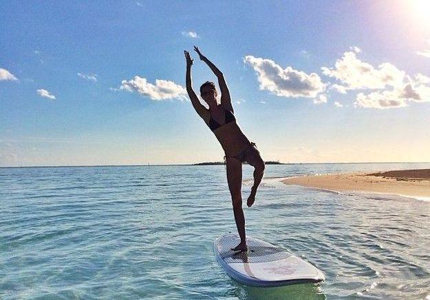Gisele en équilibre sur une planche de paddle