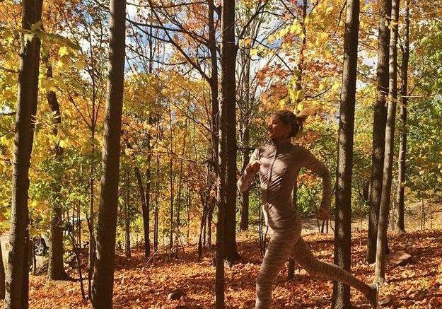 Petit footing dans une forêt à l'automne