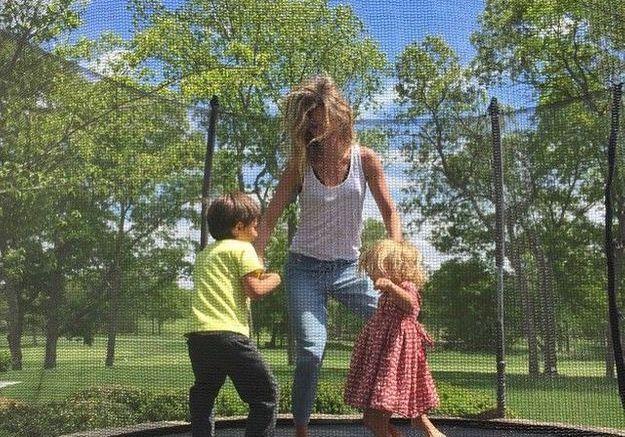 Séance de trampoline en famille