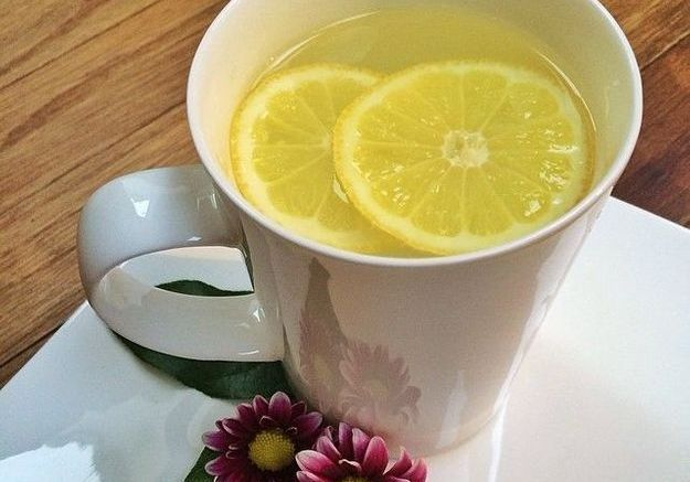 Une tasse d'eau tiède et du citron, le secret beauté de Gisele