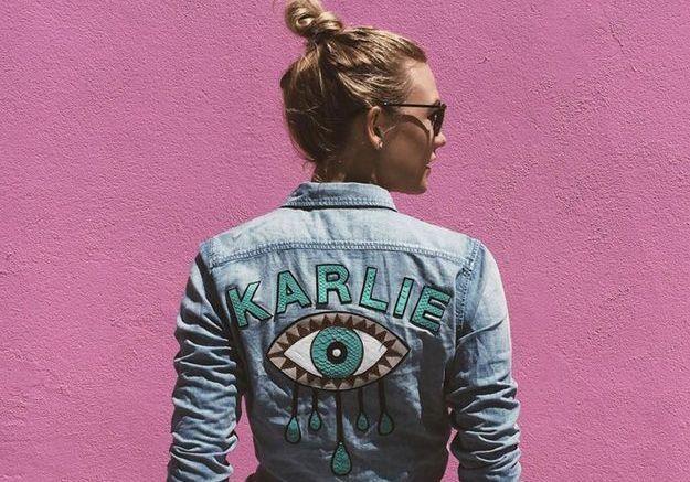 Karlie Kloss porte un messy bun