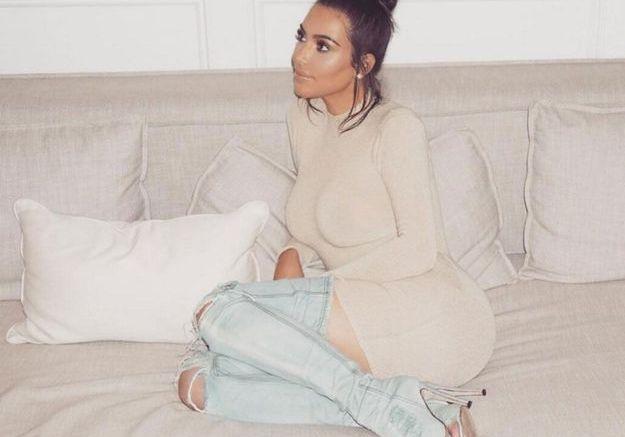 Kim Kardashian porte un messy bun