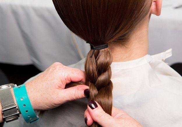 Chignon tressé : tisser les cheveux