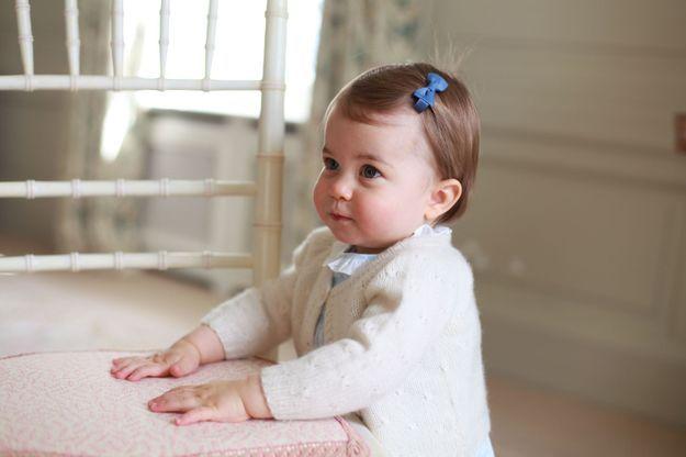 la petite Charlotte prise en photo dans la maison de Norfolk, avec sa barrette posée sur cheveux courts