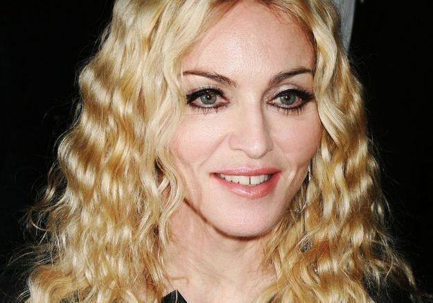 Chevelure crantée et blond californien, Madonna revient à ses premières amours
