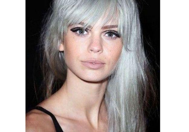 Cheveux gris et frange