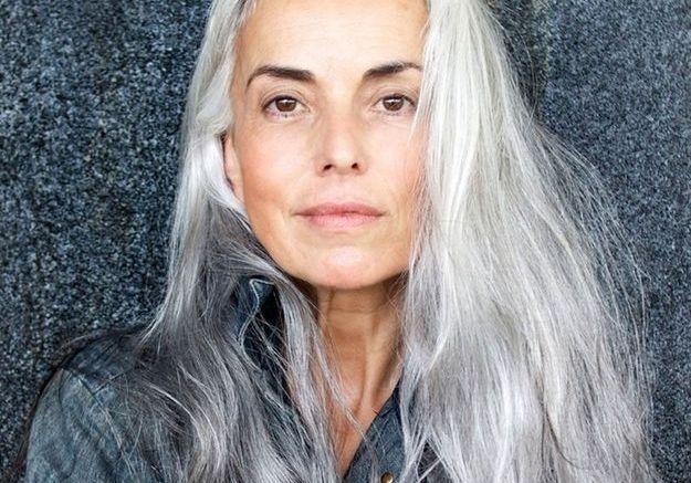 Cheveux longs gris