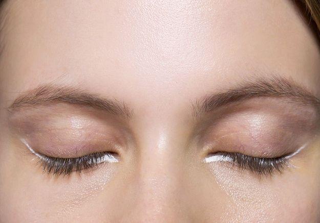 Eyeliner blanc sous l'oeil