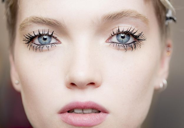 Voici le secret du regard hypnotique du d fil dior elle for A porter du regard synonyme