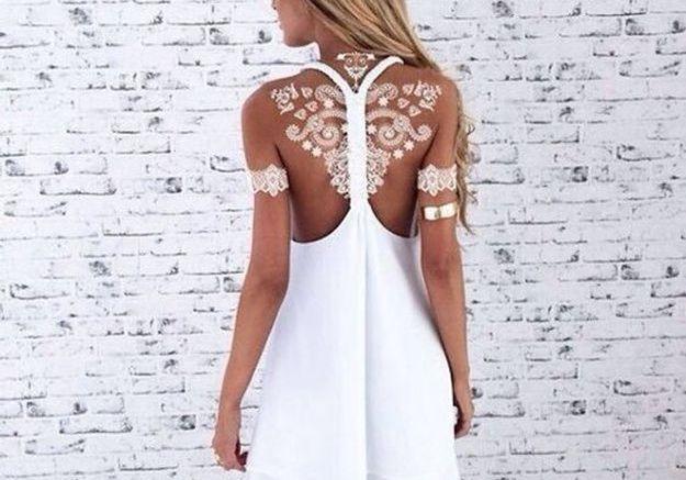 Le tatouage blanc sur les omoplates