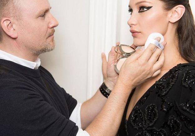 Peter Philips à l'oeuvre sur Bella Hadid en backstage Christian Dior Couture
