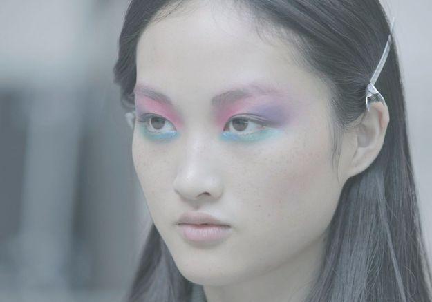 Le smoky eyes psychédélique vu de près sur le top chinois Jing Wen.