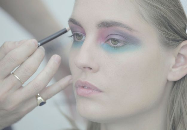 Le smoky eyes tricolore inspiration seventies sur le mannequin Nadja Bender.