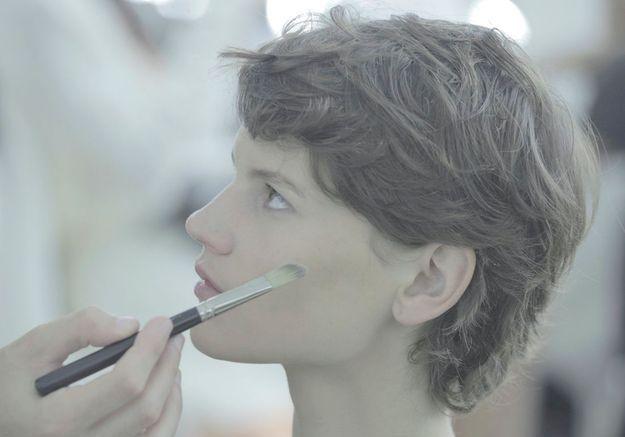 Saskia de Braw se fait maquiller.