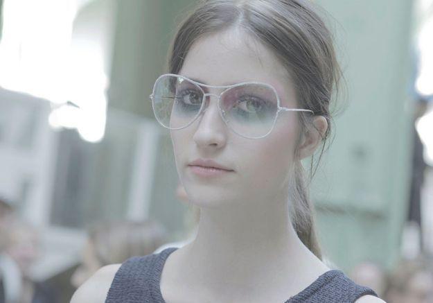 Smoky eyes multicolore et lunettes XXL pour le mannequin Rachael Robinson.