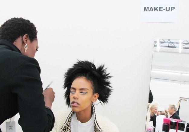 Grace Mahary à la cabine maquillage du backstage Chanel