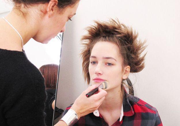 Josephine Le Tutour se fait maquiller le teint