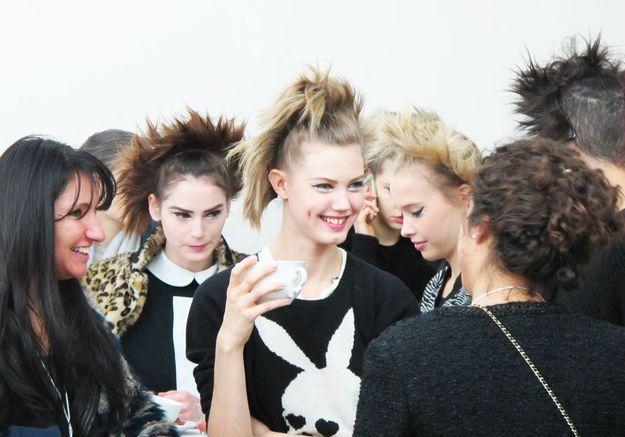 Lindsey Wixson au centre d'un groupe de mannequins déjà maquillés et coiffés