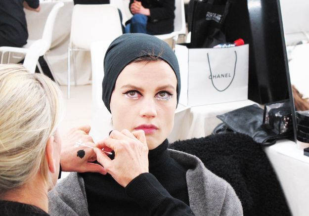 Saskia de Brauw en pleine séance de maquillage